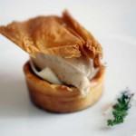 Royal de foie y malvasía con gelatina de miel de palma, pan de especias y brotes tiernos