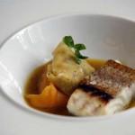 Taco de pescado de roca con raviolis de mojo pulpo y caldo de cazuela
