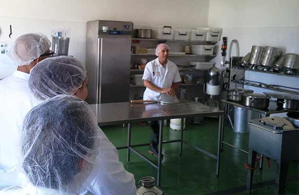 Participantes en el curso de formación sobre elaboración de productos lácteos