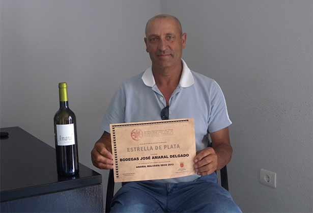 José Amaral posa con el vino premiado