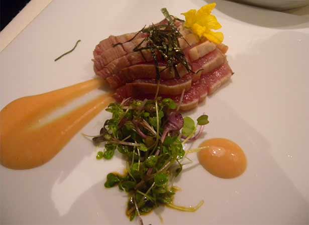 Bonito marcado tataki con salsa de ciruela japonesa encurtida | Foto: J.L.C.