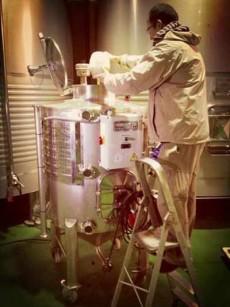 Preparación de la levadura en un fermentador diseñado por el grupo enotecUPM y Bodegas Comenge | Foto: UPM