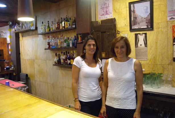 La propietaria, Flor Domínguez (derecha) y Paz Otero, posan detrás de la barra de la Tasca Herradores | Foto: J.L.C.
