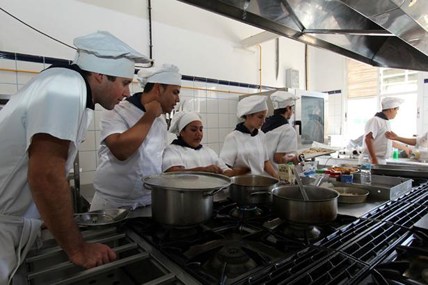 Los alumnos, en plena faena en las cocinas del instituto
