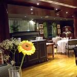 El restaurante tiene una fuerte presencia de maderas en techos y paredes, amplias mesas y cómodas sillas, | Foto: J.L.C.