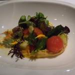 Unas variaciones de tomates sobre humus de judías blancas con chorizo, verduras de otoño y lechugas con anchoas de Santoña | Foto: J.L.C.