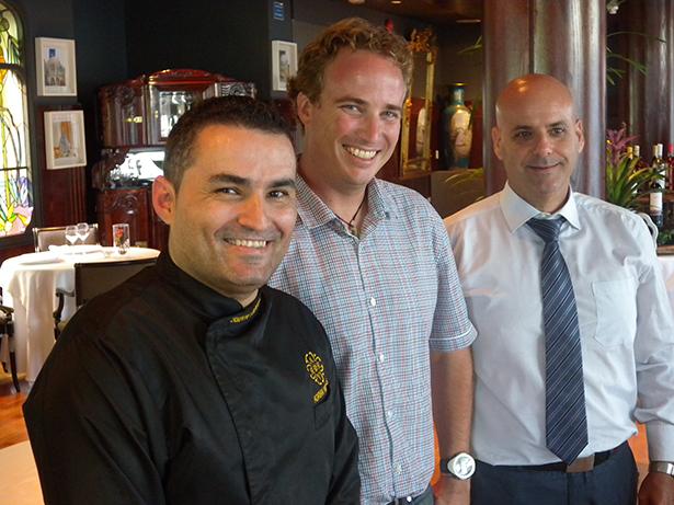De izquierda a derecha: Rubén Cabrera, chef de La Cúpula; David Adrián, en representación de la propiedad Adrián Hoteles, y Ricardo Gutiérrez, director de Alimentación y Bebidas del grupo hotelero | Foto: J.L.C.