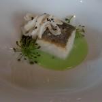 Merluza de Celeiro, en su punto, sobre clorofila de pak choi, calamar y ajo negro | Foto: J.L.C.