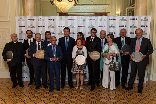Foto de familia de los premiados por la Real Academia de Gastronomía