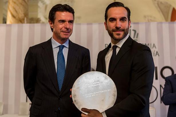 El ministro José Manuel Soria con Mario Sandoval en la entrega del premio