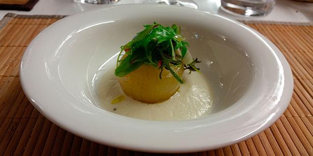 Una de las creaciones de Clemente: cebolla tierna con pan de centeno y requesón | Foto: J.L.C.