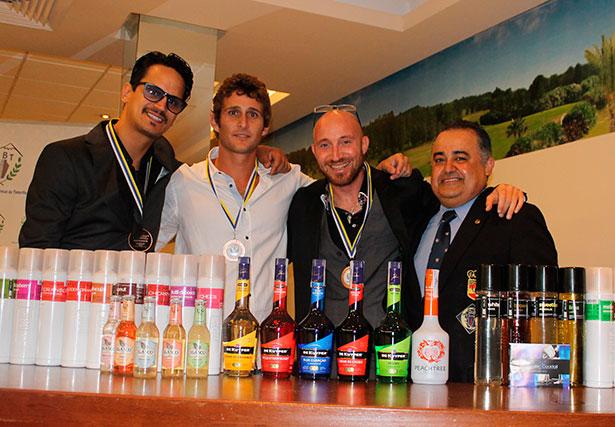 José Antonio Mesa (d) con los ganadores del certamen de barmans