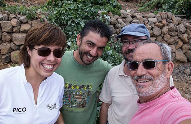 Los autores durante su recorrido por viñas de la cumbre del valle de Güímar, en compañía de Patricia Perdomo, de la bodega comarcal