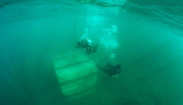 . A una profundidad de unos dieciocho metros, la bodega proporciona unas condiciones de luz, humedad, temperatura, presión y gravedad imposibles de conseguir por encima del nivel del mar