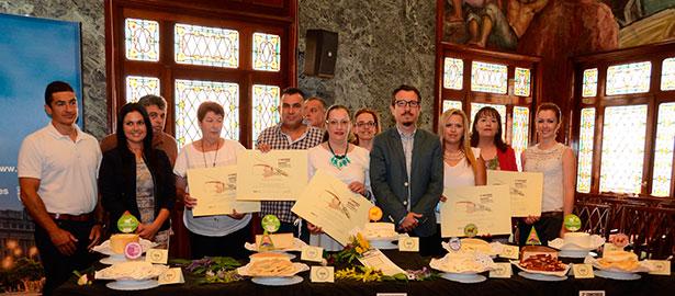 Foto de familia del consejero insular y los premiados