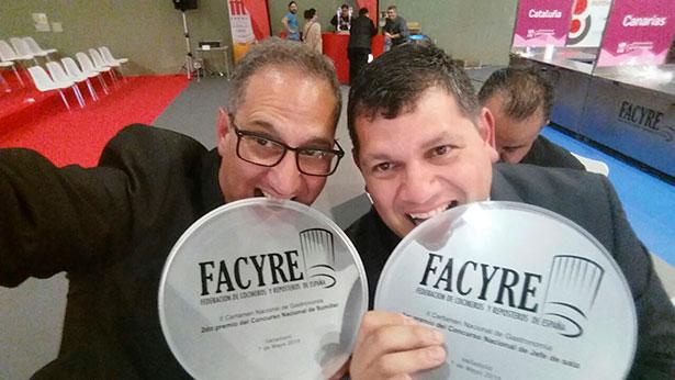 Hugo Pérez (i) y Julián Quintero celebran sus premios en las categorías de sumiller y jefe de sala