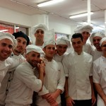 Josué Mendoza, en el centro, rodeado de los alumnos que cocinaron el menú   Foto: M. Villalba