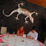 José Carlos Rodríguez, Jefe de Cocina y Montse Salamanca, docente y comunity manager del centro, charlan en el comedor del hotel   Foto: nataliagoncal