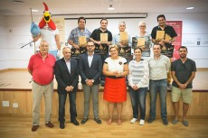 Premiados y autoridades posan tras la entrega de premios