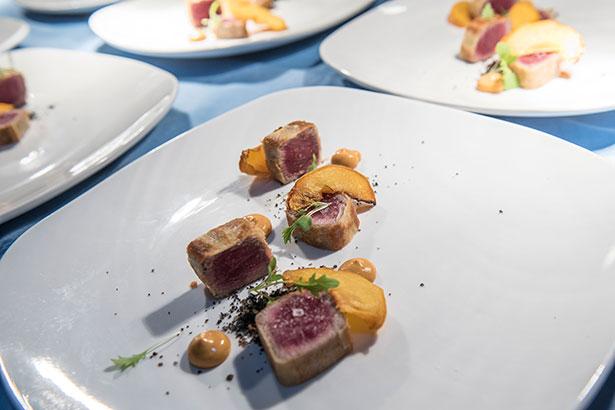 Crocante de atún rojo del Mediterráneo, melocotón y mayonesa saté