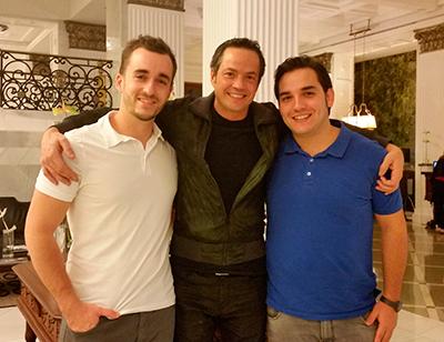Javier, con dos miembros de su equipo: Juan y Damián | Foto: J.L.C.