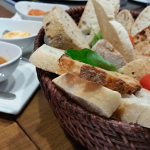 Buen surtido de panes para despertar el apetito | Foto: J.L.C.