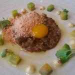 Tartar de corazones de cordero, polvo helado de foie gras, aguacate y mostaza | Foto: J.L.C.