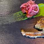 Navrataani Lamb, costillas de cordero marinadas con ajo y jengibre, con gilouti pattie suave especiado con canela y cardamomo negro, acompañado de pepino a la ligera en vinagre y una salsa picante verde | Foto: J.L.C.
