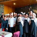 Siddhartha Chandiramani, junto a los alumnos que han elaborado con él el menú, y el presidente del Club Gastronómico de la Cámara, José Luis Zubieta | Foto: J.L.C.