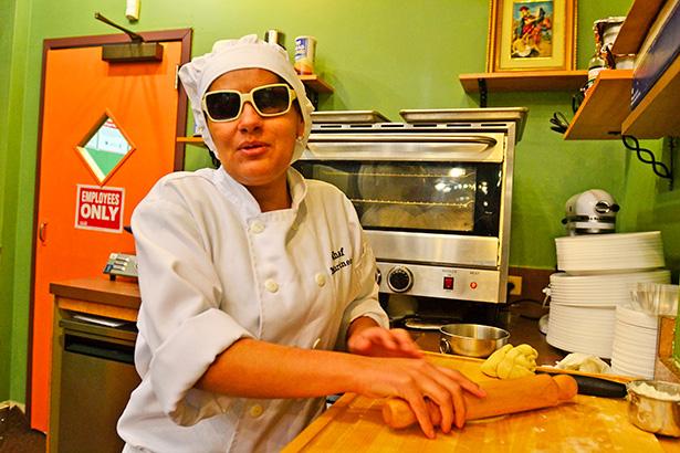 Laura Martínez, en su restaurante de Chicago   Foto: EFE