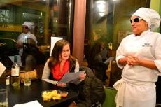 Laura atiende a un cliente de su restaurante   Foto: EFE