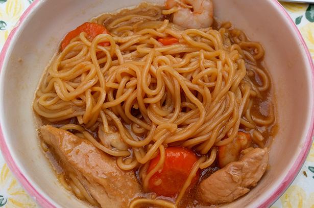 Fideos orientales, con pollo, verduras y langostinos | Foto: Manducatoria