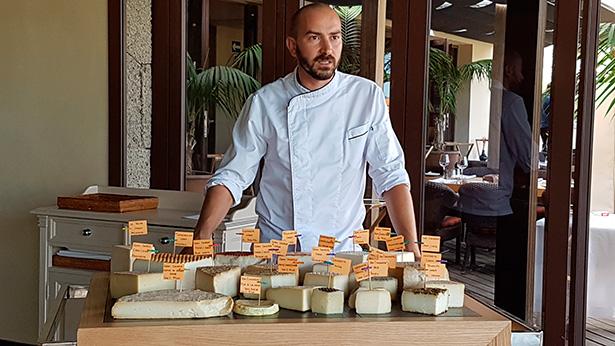 Braulio Simancas junto a su mesa de quesos   Foto: J.L.C.
