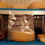 En la cámara fría Braulio Simancas sigue la evolución de sus quesos   Foto: J.L.C.