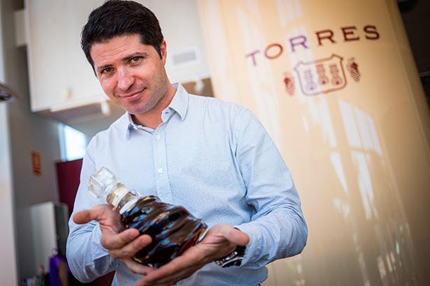 Javier Reynoso, con una botella de Jaime I, un icono de Torres | Foto: Andrés Gutiérrez