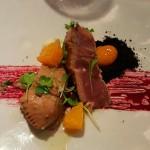 Atún maridado con cítricos, aguacate, wasabi y tierra de calamar | Foto: J.L.C.