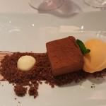 Cremoso de chocolate, cacao, polvo de brownie con helado de mandarina y jengibre | Foto: J.L.C.