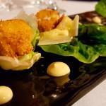 Interpretación de la ensalada César con cogollos de lechuga con pollo rebozado en maíz, mayonesa de anchoas, tiras de bacon y crutones | Foto: J.L.C.