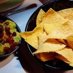 Guacamole, con cilantro, lima, chiles verdes y unos granos de granada, acompañado de chips de maíz frito, con el toque picante | Foto: J.L.C.