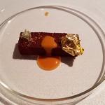 Turrón de morcilla canaria con un praliné de almendra y papel de oro comestible | Foto: J.L.C.