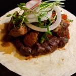Taco de solomillo de res salteado a la mexicana con una salsa de tomates, cebolla y chiles verdes, guacamole y frijoles | Foto: J.L.C.