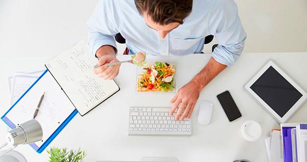Comer en la oficina es cada día más habitual | Foto: ennaranja