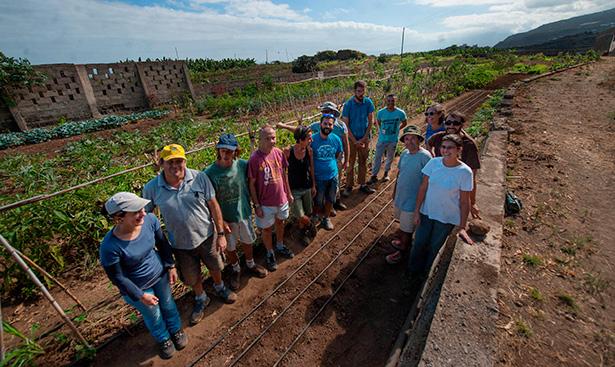Un grupo de trabajadores posa en la finca donde cultivan los productos   Foto: Fran Pallero