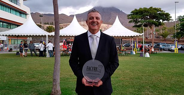 Miguel Otero, satisfecho, posa con el primer premio   Foto: J.L.C.