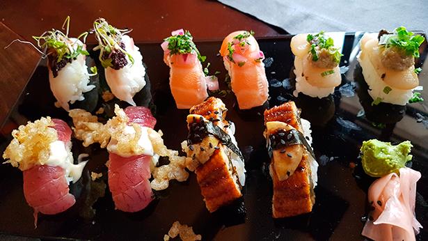 Niguiris de salmón en ceviche; atún con mayonesa de wasabi; zamburiña con boletus y tartufo; candil y erizo con tapenade y anchoa   Foto: J.L.C.