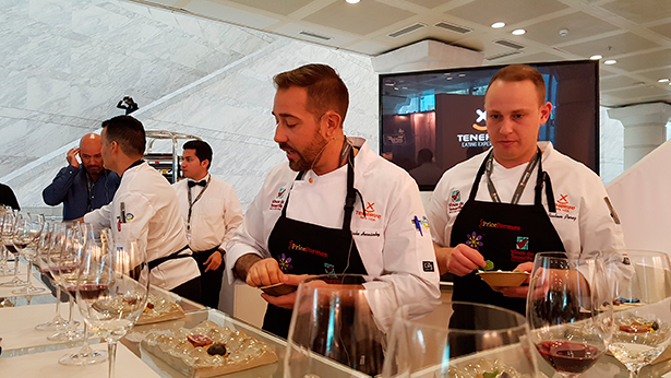Varios de los chefs desplazados a Madrid Fusión. en plena faena   Foto: J. L.C.