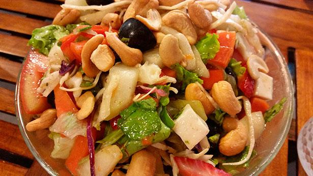 Ensalada de atún y frutas en la Squina de Nacho Solana   Foto: J.L.C.