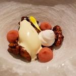 Helado mascarpone, nueces caramelizadas y toffe de grosella | Foto: J.L.C.