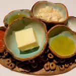 Diseño espectacular para presentar mantequilla, aceite, mojo y sal | Foto: J.L.C.