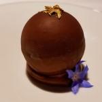 Mundo de Chocolate, crocante de cacao, en cuyo interior aparecen la malvasía, el listán y el vino Humboldt | Foto: J.L.C.